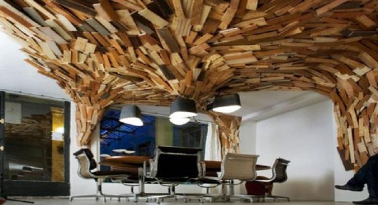 "BearsCave – שימוש מדהים בעץ גולמי לביטוי הגישה החדשנית, הפראית וה""חייתית"" של חברה לאירוח אתרים בפריז."