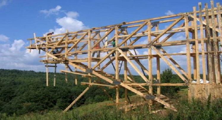 """חצי גשר של תקווה – בעיירה נידחת ברוסיה צץ אובייקר מוזר בשם """"חצי גשר של תקווה"""""""