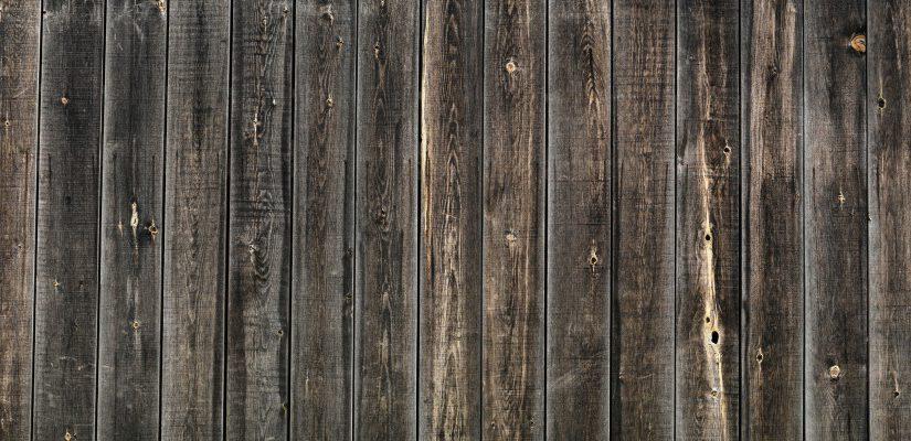 איך מנקים עץ צבוע שנחשף לפגעי מזג האוויר